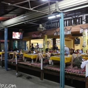 """夜になると、ご飯を食べながらぼーっとTVを観る観光客たち。映っているのは定番の""""Friends"""""""