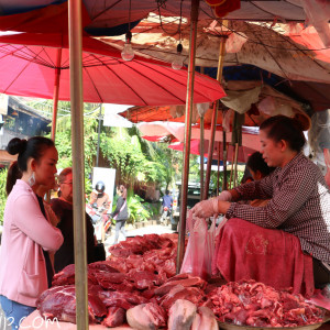 朝市で買い物する女性