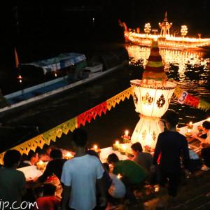 灯籠をメコン川へ